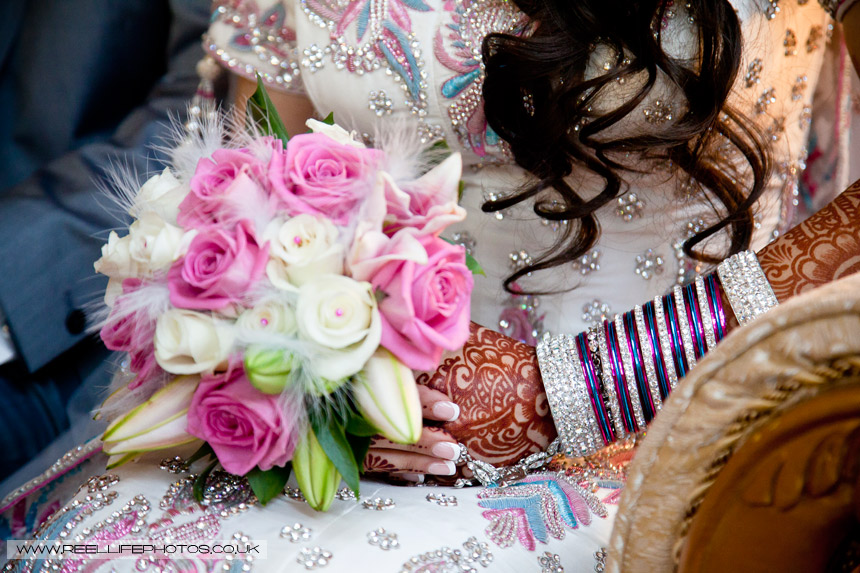 Asian bride rrives at Al Hikmah Centre with pink and white bouquet