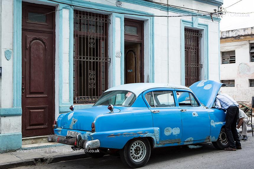 Roadside repairs of a classic Cuban car